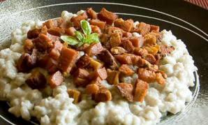 Bryndzové halusky: parecidos a los ñoquis de patata, con queso y bacon ahumado o panceta son un plato exquisito en toda Eslovaquia.